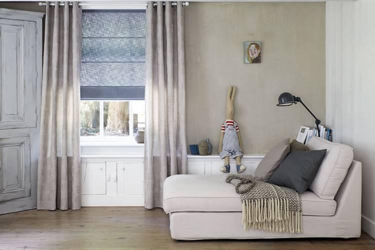 Graues Faltrollo mit Querstreifen Dekorstoff Graues Faltrollo mit  Querstreben kombiniert zur grauen Gardine