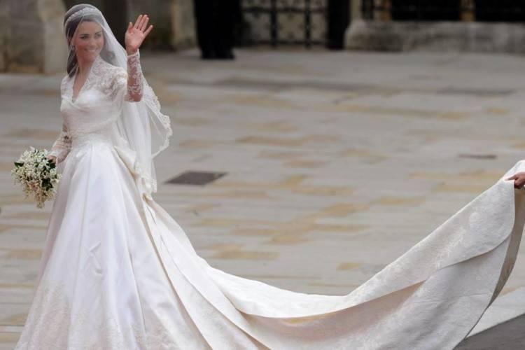 Frau im Hochzeitskleid mit Bräutigam außerhalb Buckingham Palace übermorgen königliche Hochzeit von Prinz William, Catherine Kate Middleton