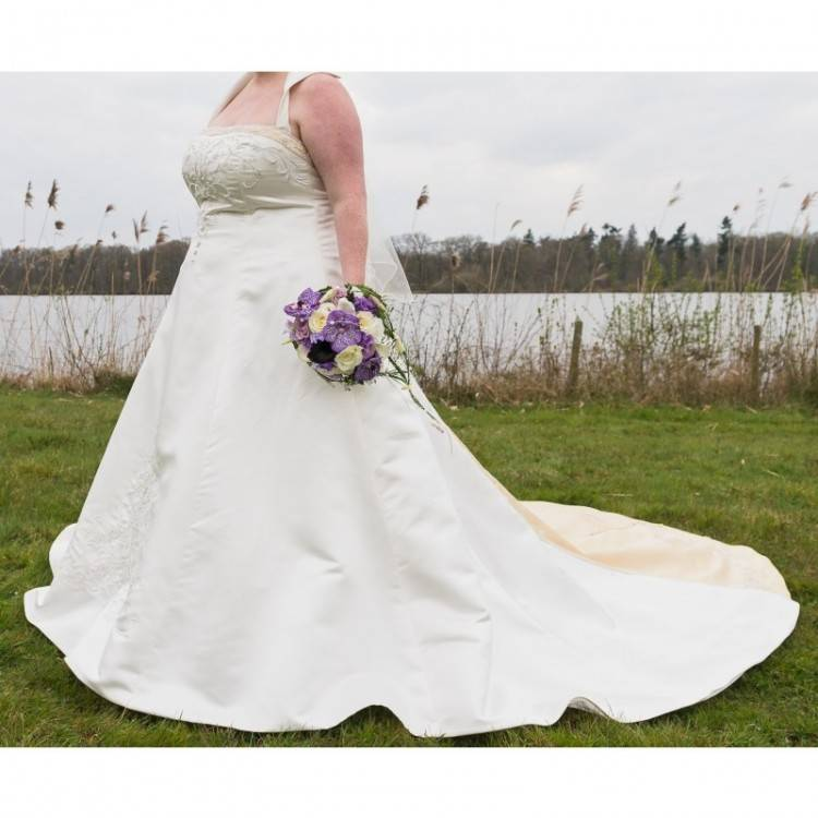 Großhandel 2018 New Bridal Brautkleider Ballkleid Lange Schleppe Trägerlosen Schatz Luxus Sexy Kapelle Brautkleider Für Die Braut Unter 200 HS602 Von