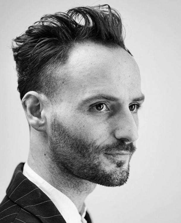Die Besten Tricks Um Geheimratsecken Zu Kaschieren Frisur Hohe Stirn Mann 2019