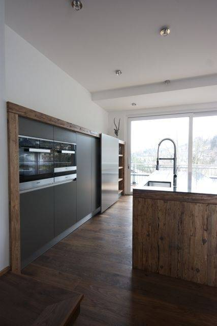 Eine originelle Schreinerküche aus Altholz mit gemauerten Elementen für ausgiebiges Kochen