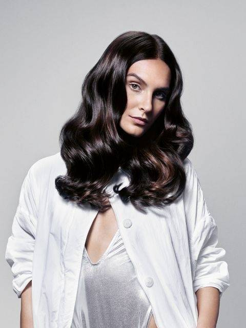 Dunkle Haare mit Locken