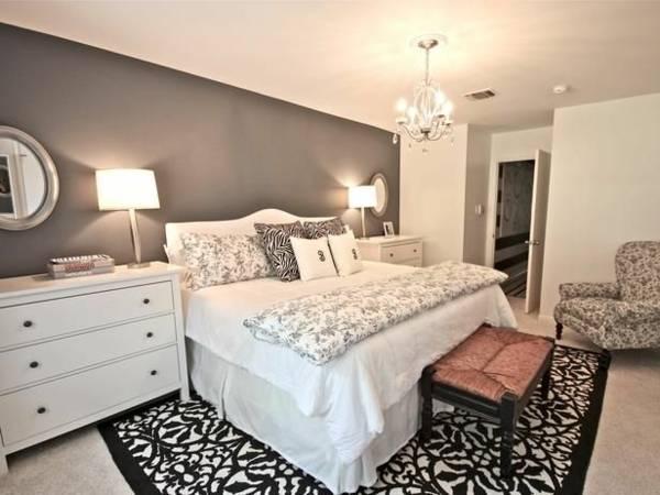 luxus schlafzimmer mit gardinen und bettwäsche in grau