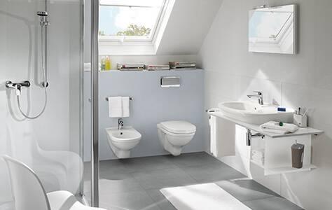 Dachgeschoss: Einbau einer Holzsaune mit Glasfront im Badezimmer