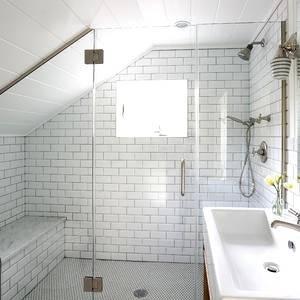 Das Holzregal vor dem Kniestock verbindet Raum und Waschtisch miteinander – und ist Stauraum, Ablagefläche und Sitzplatz zugleich