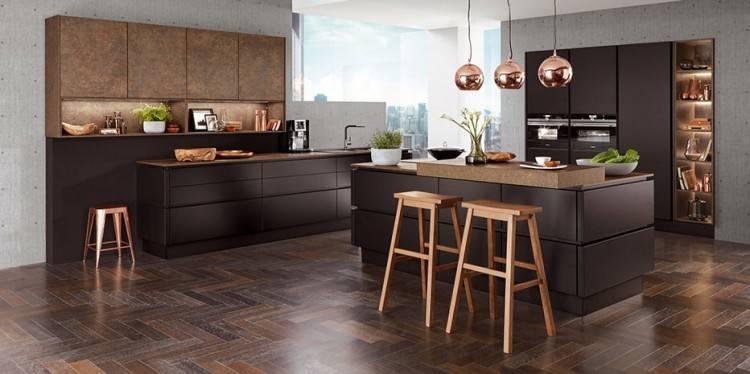 Moderne Küche mit Essplatz und Fronten in Weiß und Holzoptik  (Bildquelle: LEICHT Küchen)