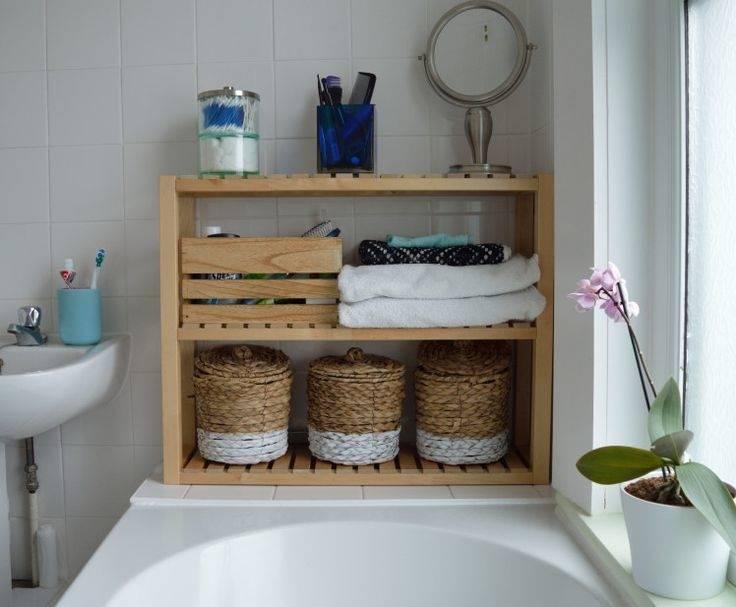 Ein kleines Badezimmer mit Platz für die Wäsche, u