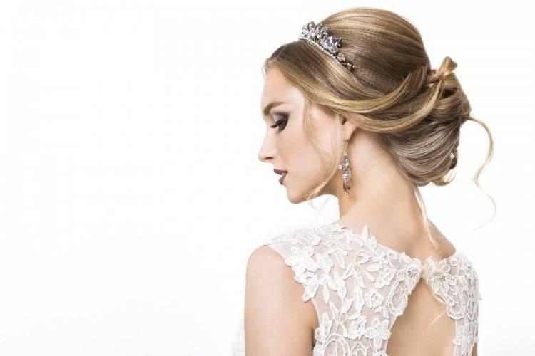 Braut Mit Einer Eleganten Und tollen Hochzeitsfrisur Elegant  Geflochtene Brautfrisuren Mit Echten Blumen Fräulein K Sagt