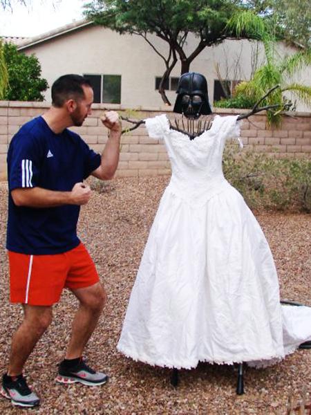 Bärtiger Mann in einem Hochzeitskleid der Frau auf ihren nackten Körper,  die eine Blume