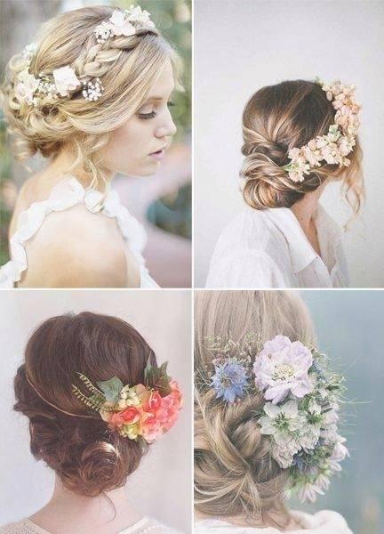 Ein zarter Blumenkranz unterstreicht die Frisur der Braut im natürlichen Look