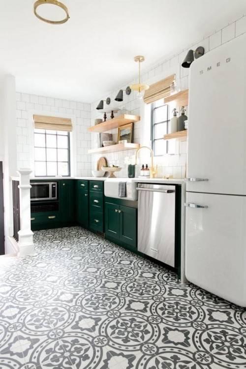 In einer klassischen Landhausküche werden Rahmenfronten, Holzelemente und Accessoires wie Körbe perfekt kombiniert (Bildquelle