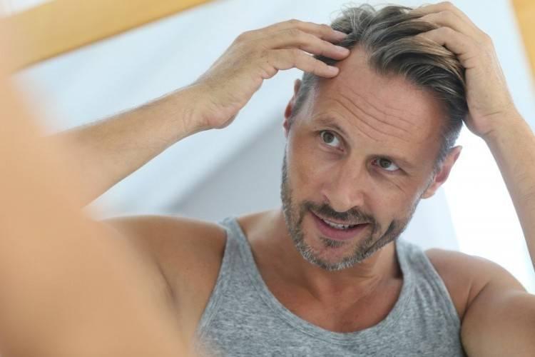 Einfach die Frisur locker zum Dutt nach hinten binden, um dem Gesicht noch mehr Raum zu geben