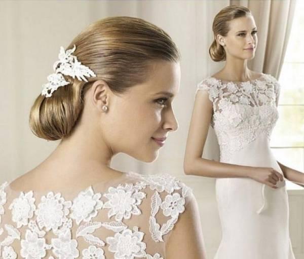 Hochzeitsfrisur mit  dem Accessoire im Haar —