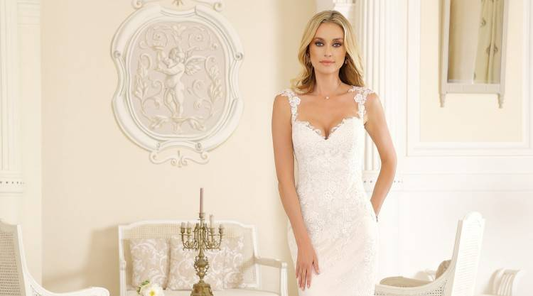 Brautkleid transparente Corsage mit Strass und Reifrock Brautkleid transparente Corsage mit Strass und Reifrock