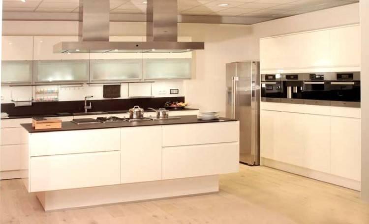 Zeitlos moderne Küche mit viel Stauraum