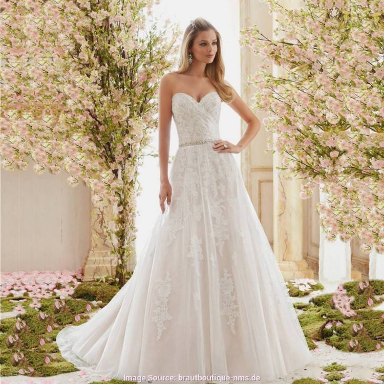 Ein elegantes Brautkleid mit einem Oberteil aus Tattoo Spitze und einem fließenden Rock aus Seidenchiffon