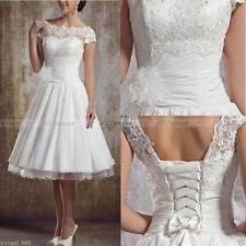 Eine Hochzeit am Strand ist schmeichelhaft für Kleider mit unterschiedlicher Länge