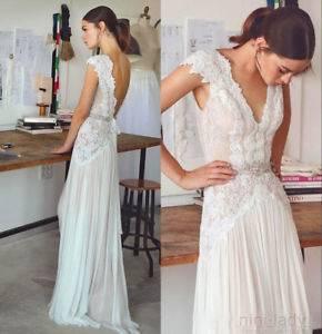 Boho Brautkleid von einer blonden Braut, Ihr Ehemann ist in vintage Outfit Boho  Hochzeitskleid