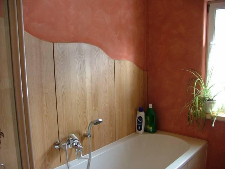 Freistehende  Badewanne, Waschplatz und Hochschrank mit spiegel