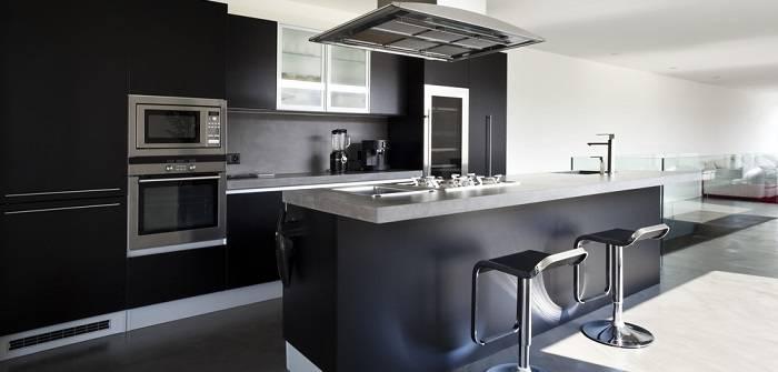 Die Küche wirkt durch ihr schlichtes Design sehr modern