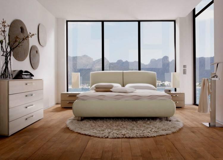 Ausgestattet mit Nachtschränkchen und Bett mit Kopfteil