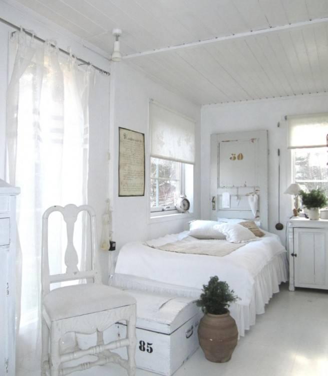 mit 3 ELVARLI Elementen in Weiß mit Böden, Kleiderstangen und Schubladen