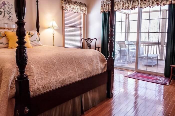 Grau, Altrosa und ein dunkles Grün als Komplementärfarbe herrschen in diesem stimmigen Schlafzimmer vor