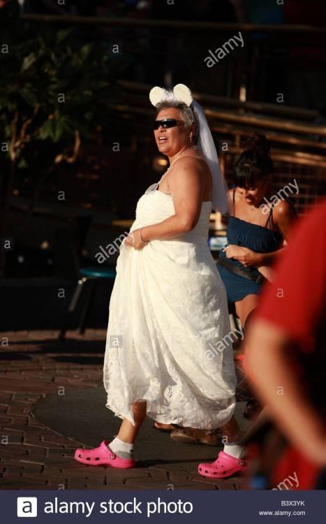 Lustige Zeichen im Hochzeitskleid in Disneyland, Kalifornien
