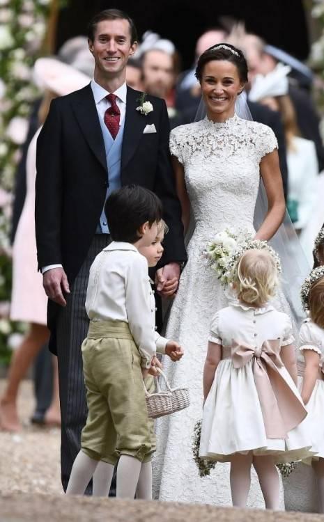 Meghan Markle wählte für ihre Hochzeit ein schlichtes Brautkleid aus Seide  mit einer fünf Meter langen Schleppe