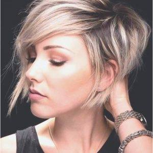 Frisuren Mittellang Und Lockig Innovation : Frisuren Mittellang Und Lockig  2018 Frisurentrend 2018 Mädchen Strähnen Rundes Gesicht Feines Haar Frisuren