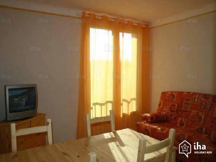 Die Stühle im Schlafzimmer in Arles sind alte Bauernstühle mit geflochtener  Sitzfläche