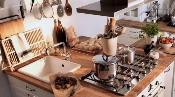 Eine schmale Küche, u