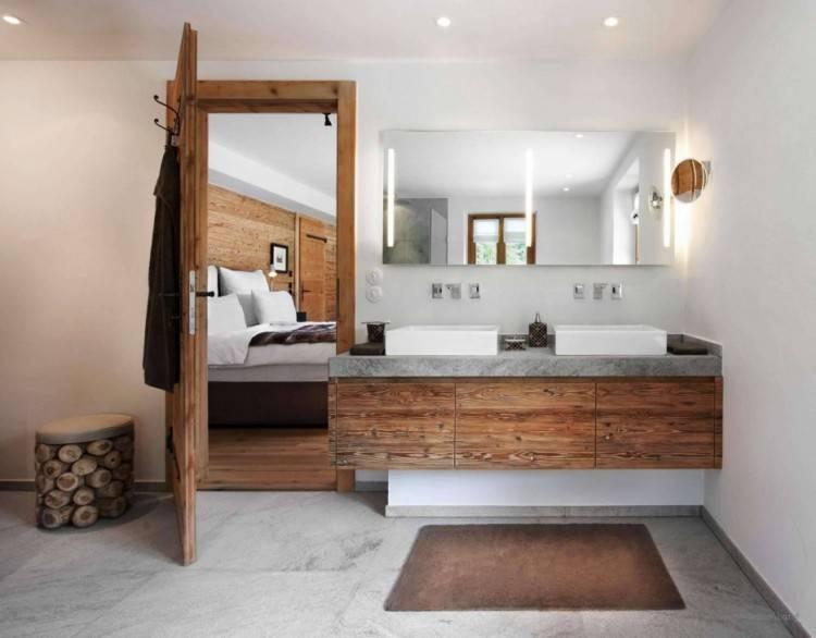 Holzboden im Badezimmer wirkt direkt wohnlich #freistehende #Badewanne # Badezimmer #Ideen #holz #einrichten #wohnen #Waschtisch #Leiter #calmwaters  #modern