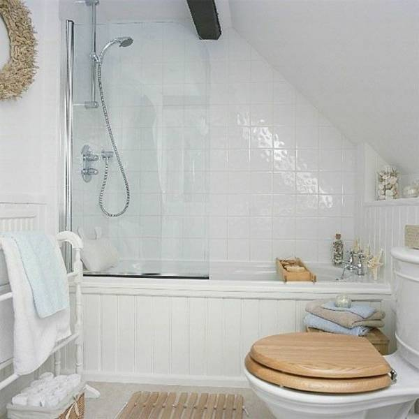 Die ebenerdige Dusche ist ausgestattet mit grauen Fliesen in Steinoptik und einem Regenduschkopf