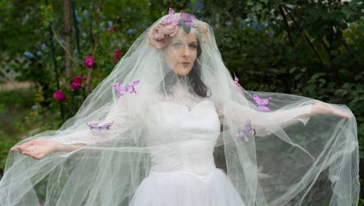 Großhandel Bunte Blumen Hochzeits Kleider 2018 Illusion Lange Hülsen Eine Linie Strand Vestido De Noiva Gestickte Tulle Brautkleid Schleifen Zug Gewohnheit