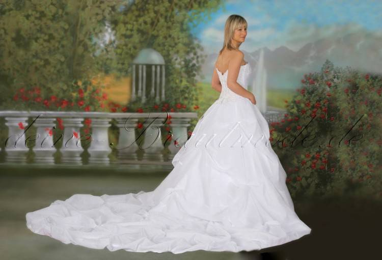 Brautkleid mit langer Schleppe & langem Schleier