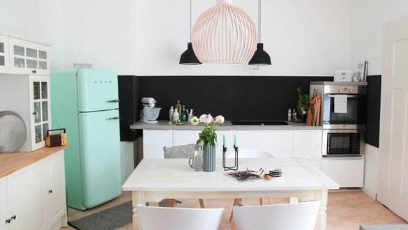 Gemütlich eingerichtete Küche in Berlin mit warmem Lichteinfall