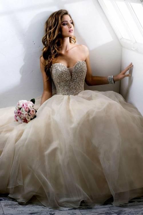 Die Kollektion umfasst Brautkleider mit beeindruckenden Tüll Röcken und prächtig verzierten Leibchen