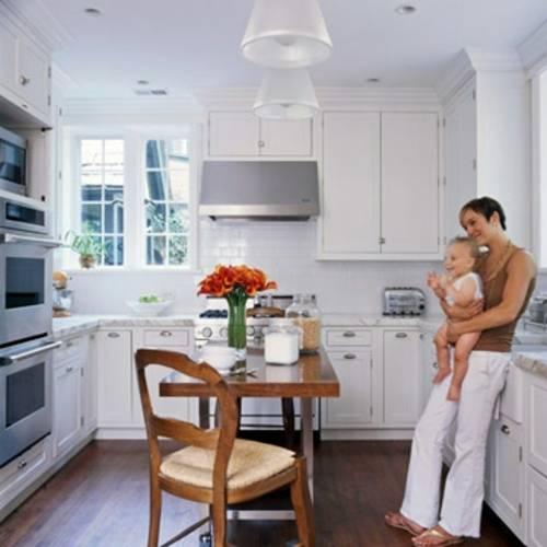 Dieselbe Küche, jetzt mit einer Tafel für Gäste ausgestattet, u