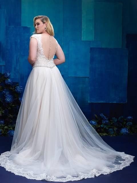Und ihr sinnlicher Carmenausschnitt macht auch in einem Brautkleid