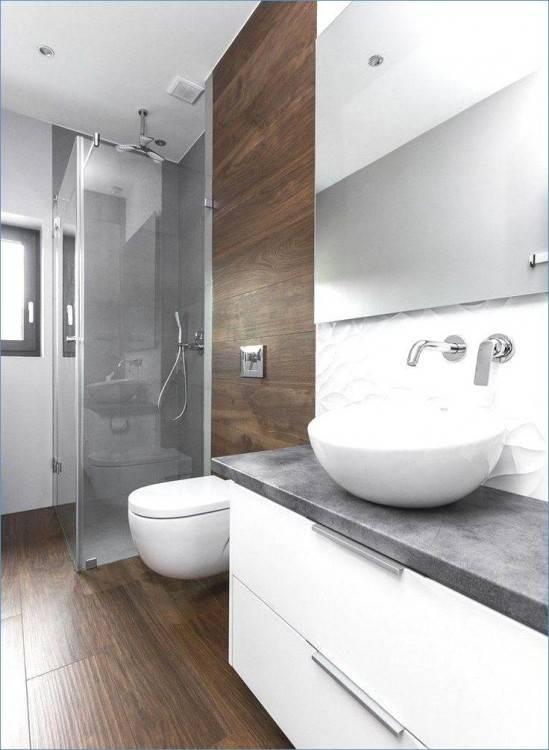 Moderne whirlpool badewanne 2 personen mit komfortabel nackenstützen exklusiven armaturen und einer edlen holzabdeckung für dekoration