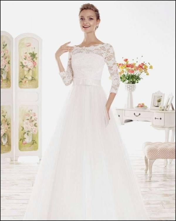 Schmal geschnittenes, schlichtes Brautkleid Die schönsten Brautkleider deutscher Designer