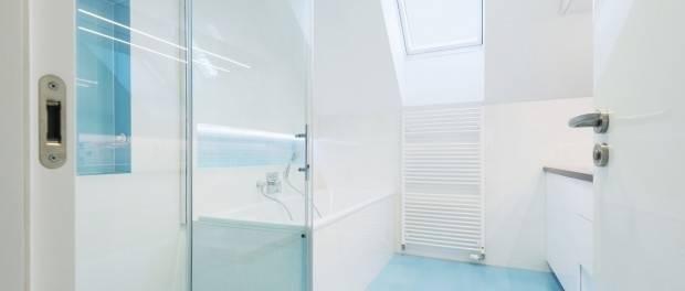 Weißes Regal unter der Dachschrägen: Wohnzimmer von deinSchrank