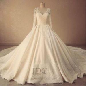 Brautkleid mit sehr langer Schleppe