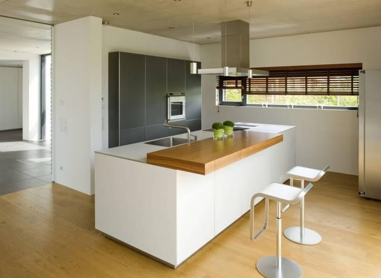 Eine kleine Küche mit geöffneter Tür