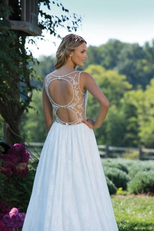 aber während du noch die Aussprache dieses Zungenbrechers übst, hat sich bereits ein neuer Trend in Sachen Hochzeitskleid entwickelt