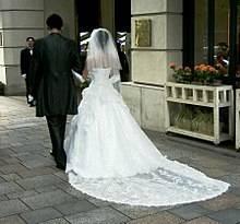Traumkleid Brautkleid Corsage und Schleppe viel Tüll und Glitzer Steinchen Herzausschnitt Gr 36