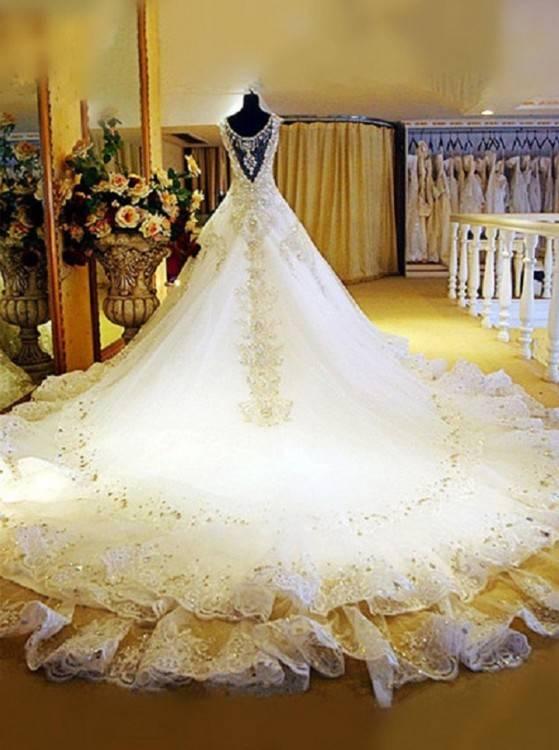 traeger hochzeitskleid schleppe weisser stoff braut mode Brautkleid mit  Akzent im Rücken – 69 traumhafte Anregungen