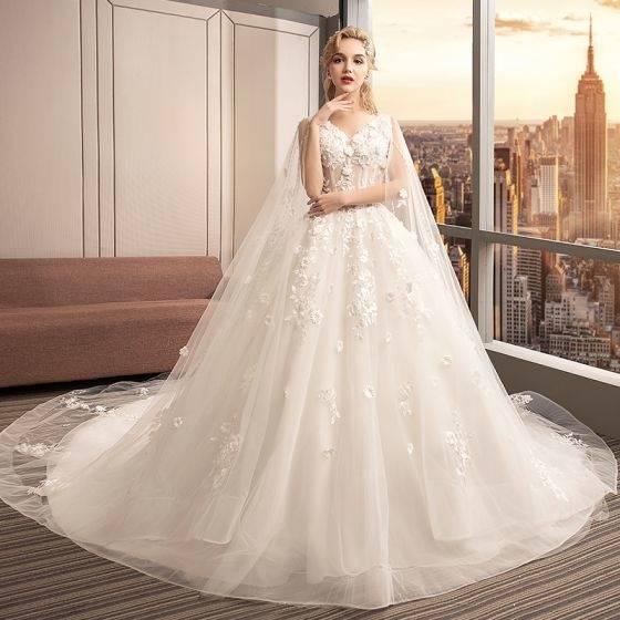 Großhandel Romantische Prinzessin Ivory Cream Brautkleider 2018 Crystal Design Braut Schiere Cap Sleeves 3D Flora Spitze Appliques Perlen Brautkleider Von