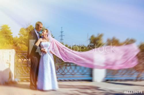 nach einem kläglichen Versuch aussieht, etwas zu vertuschen, dass aufgrund des Schnittes und der Details trotz allem noch nach Hochzeitskleid aussieht?